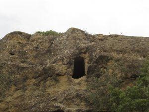 Bespén. Entrada a cueva fecundante