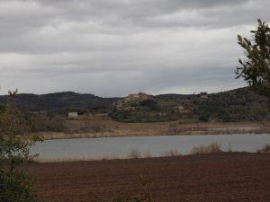 Laguna y al fondo el pueblo de Estaña