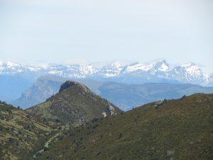 Tras el Pico Peiró, la Peña Oroel y los Pirineos