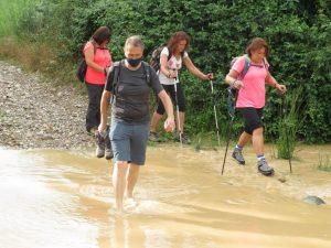 Cruzando el río Llastre